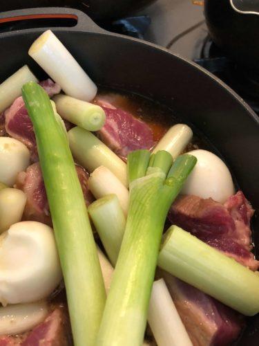 材料を鍋で煮込みます。